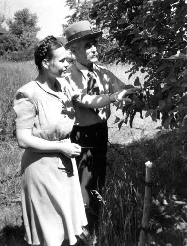 Е. С. Черненко с отцом в саду