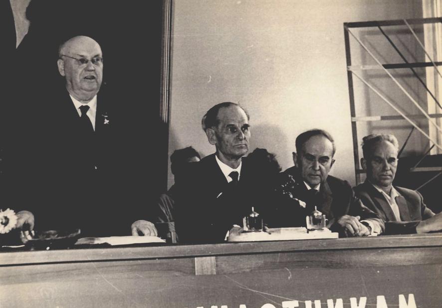 М. А. Лисавенко выступает на заседании выездной секции ВАСХНИЛ по садоводству Алтая. Г. Барнаул. Слева направо профессора Б. А. Колесников и С. И.Исаев