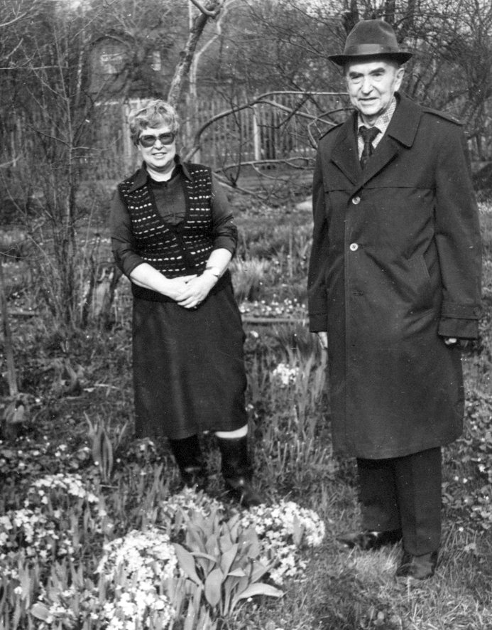 С. И. Исаев с дочерью И. С. Исаевой в своем пробуждающемся по весне дачном саду. Мичуринец - Переделкино, 80-е гг. (2)