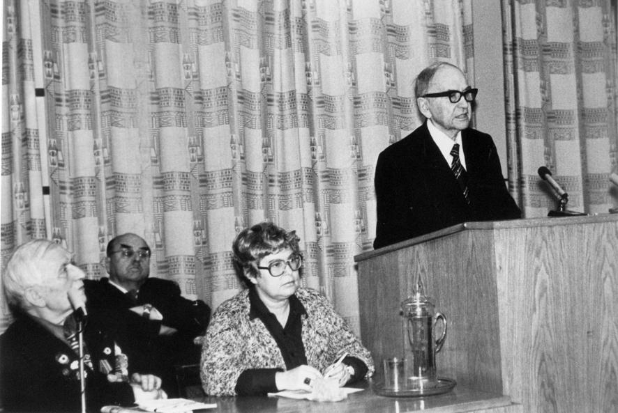 С. И. Исаев выступает на заседании МОИП, посвященном 125-летию И. В. Мичурина. Слева - ведущая заседания, И. С. Исаева