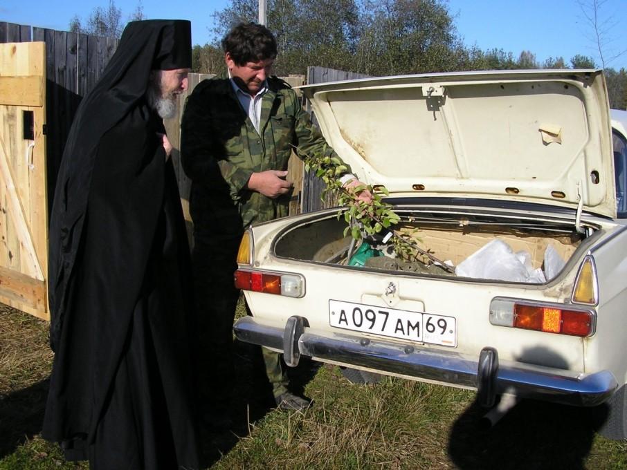 Воскресенский Оршин монастырь. Оставшиеся саженцы раздали помогавшим мирянам
