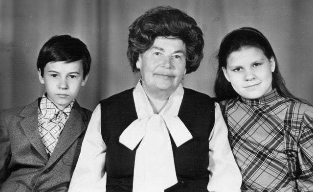 Не прерывается связь поколений: Е. С. Черненко с внуками