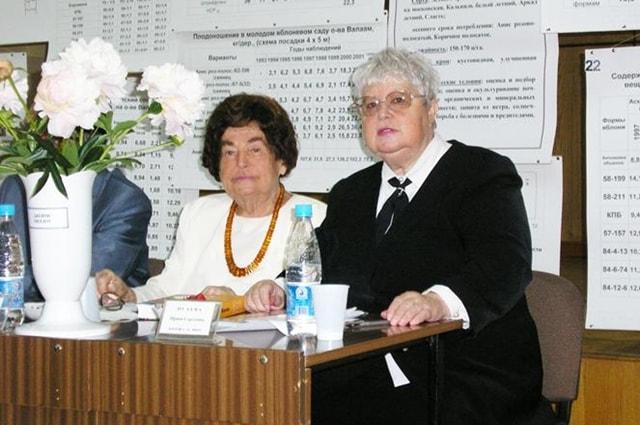 Е. С. Черненко и И. С. Исаева на защите докторской диссертации А. В. Верзилина.
