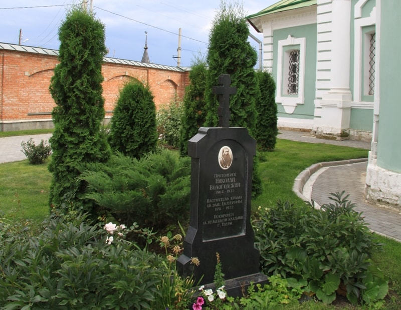 Памятник последнему, репрессированному в 1932 г., настоятелю храма протоиерею Николаю Вологодскому