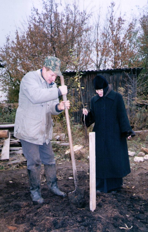 Первую яблоню посадила игуменья Иулиания вместе с Валерием
